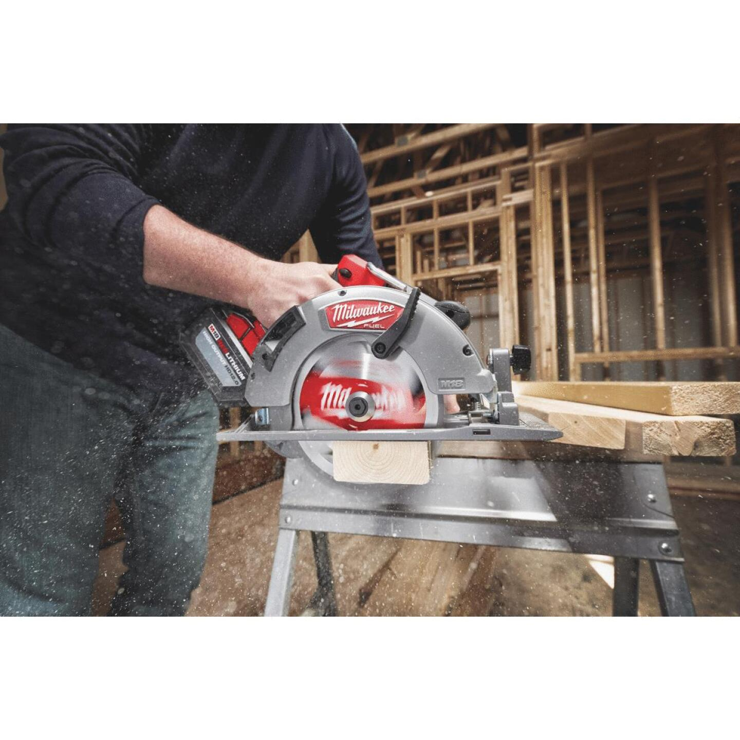 Milwaukee M18 FUEL 18 Volt Lithium-Ion Brushless 7-1/4 In. Cordless Circular Saw Kit Image 2