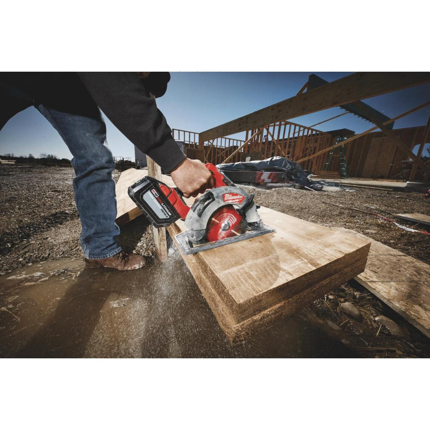 Milwaukee M18 FUEL 18 Volt Lithium-Ion Brushless 7-1/4 In. Cordless Circular Saw Kit Image 5